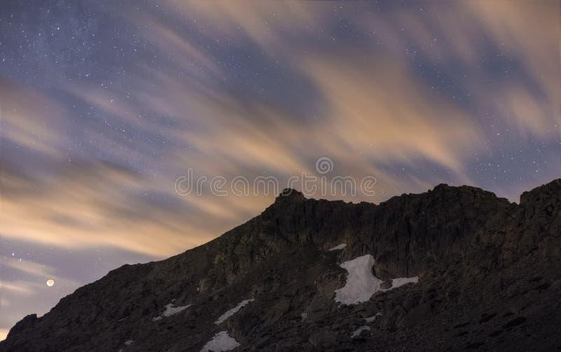 Natt i bergen royaltyfri foto