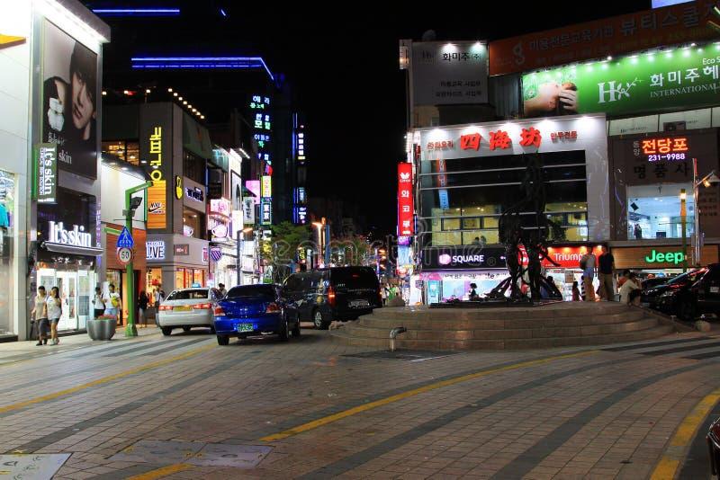 Natt i den Korea Busan shoppinggatan royaltyfria foton