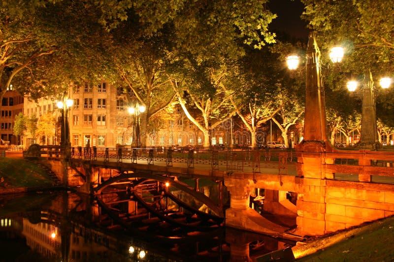 Natt i dusseldorf royaltyfri bild