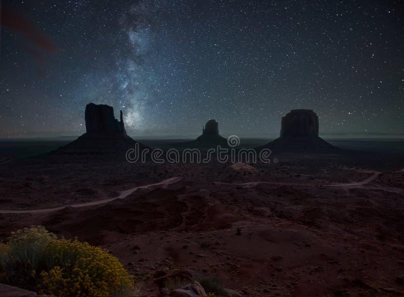 Natt i monumentdalen royaltyfri foto