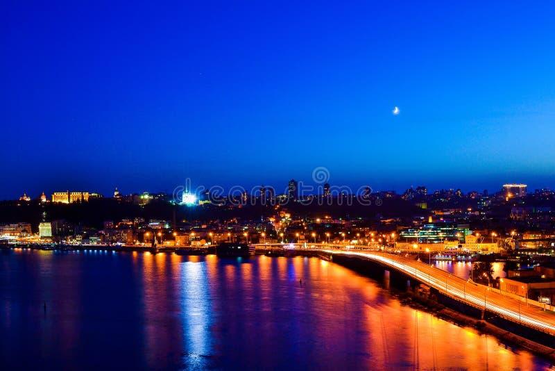 Natt Kiev från bron royaltyfria bilder