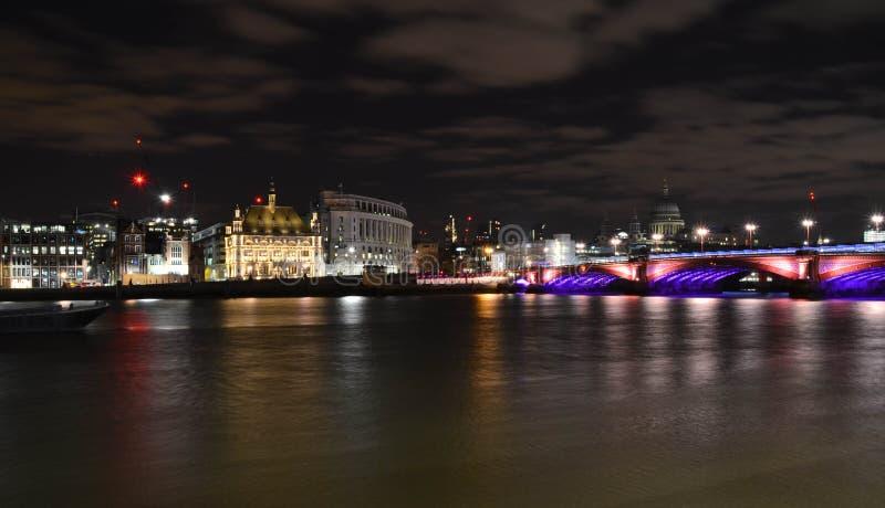 Natt och ljus på den London bron arkivfoto