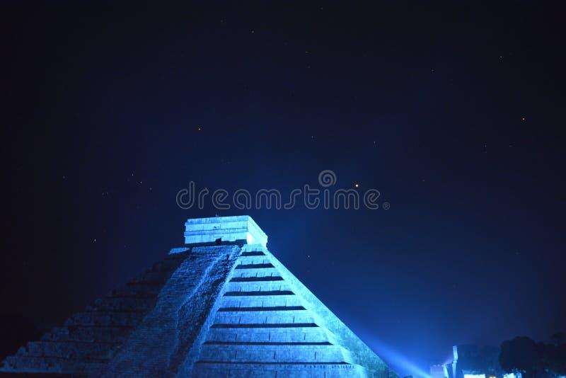 Natt på Chichen Itza royaltyfria bilder