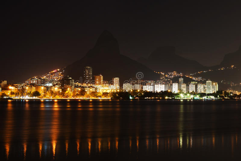 Natt på lagun Rodrigo de Freitas (Lagoa), Rio de Janeiro fotografering för bildbyråer