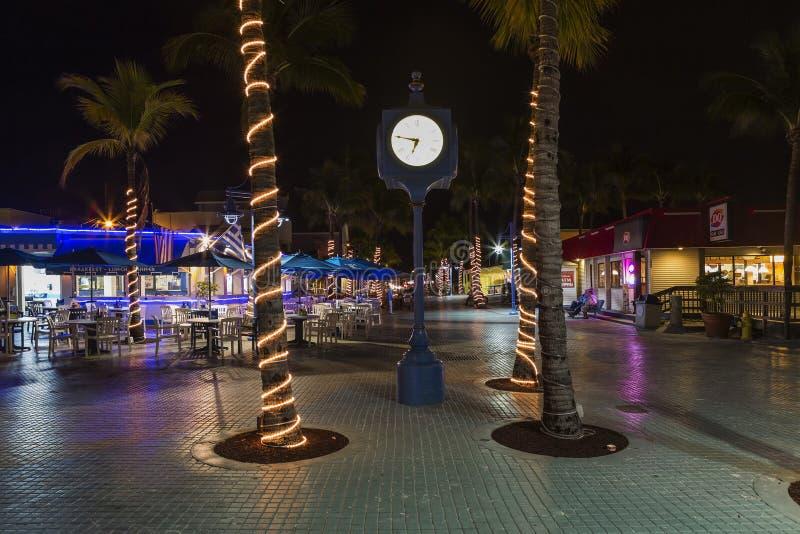 Natt på Times Square, Estero Blvd, fort Myers Beach, Florida royaltyfria foton