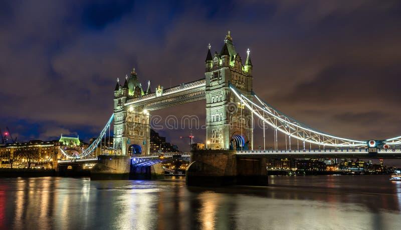 Natt på tornbron i London arkivfoton