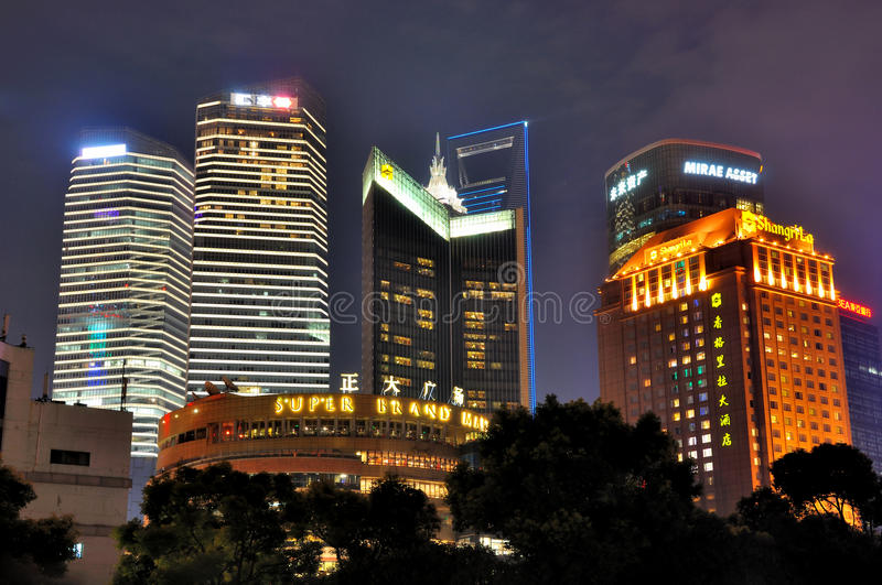 natt shanghai för hotell för gruppbyggnader arkivbilder