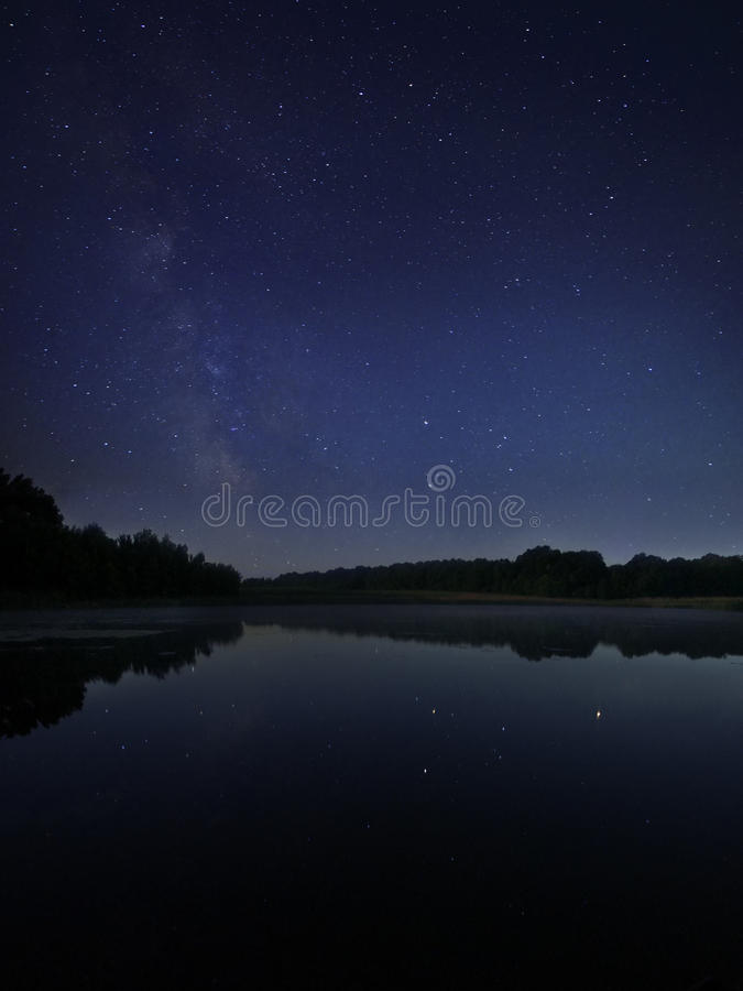 Natt sjö under stjärnor för mjölkaktig väg arkivfoto
