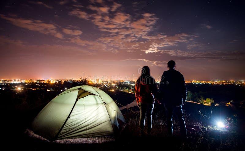 Natt som campar nära staden arkivfoto