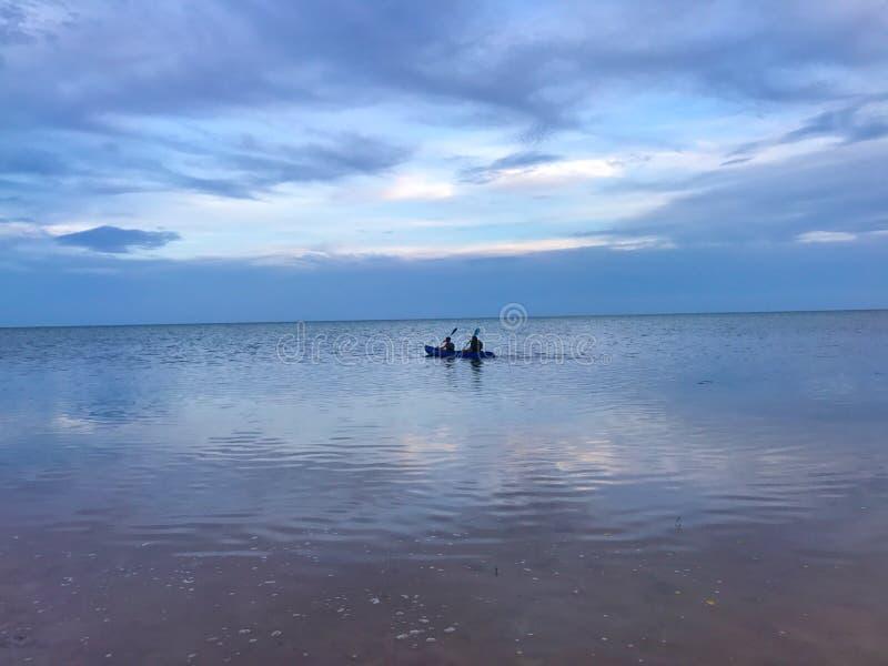 Natt som kayaking arkivfoto
