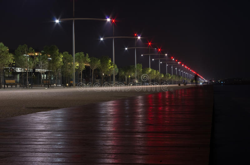 Natt som ses på stranden av Thessaloniki, Grekland arkivfoton