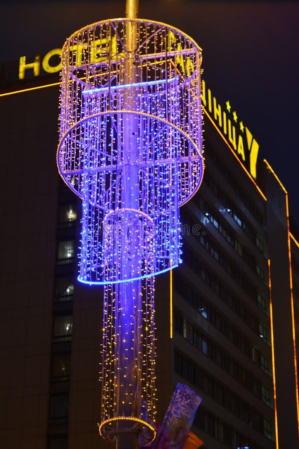 Nattbakgrund för jul och för nytt år ljus royaltyfri bild