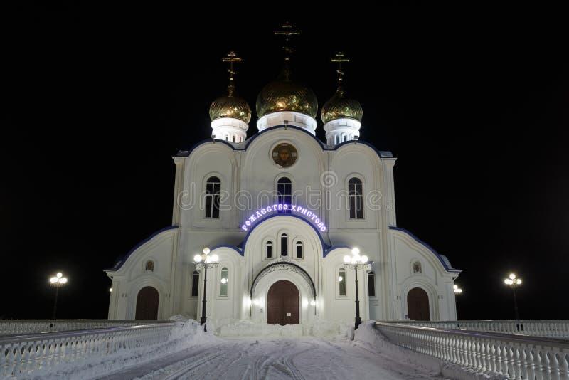 Nattbelysning av byggnad av den ortodoxa domkyrkan för helig Treenighet av Petropavlovsk, Kamchatka stift av den ryska ortodoxa k royaltyfri fotografi