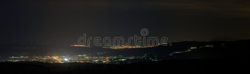 Nattbelysning av staden Tid för sommaraftonskymning royaltyfri bild