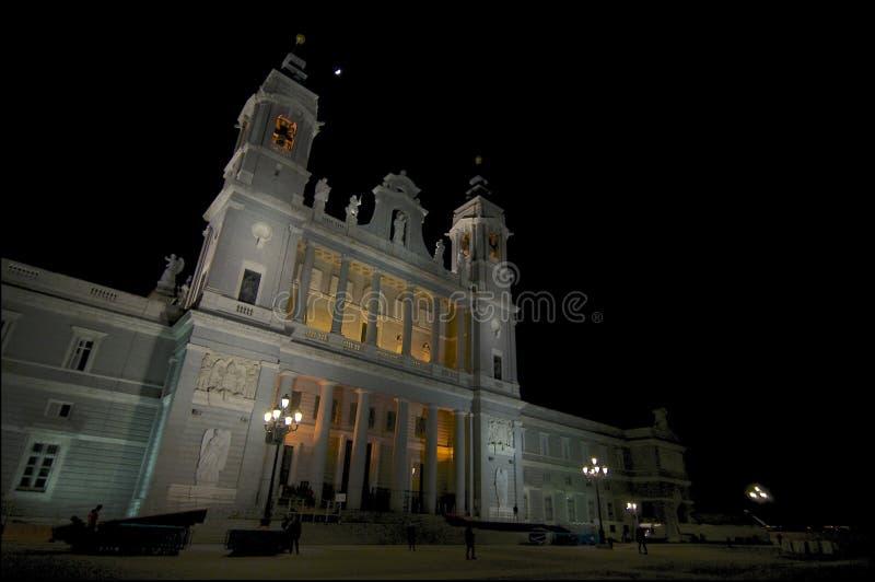 Nattbild av Almudena Cathedral i Madrid fotografering för bildbyråer