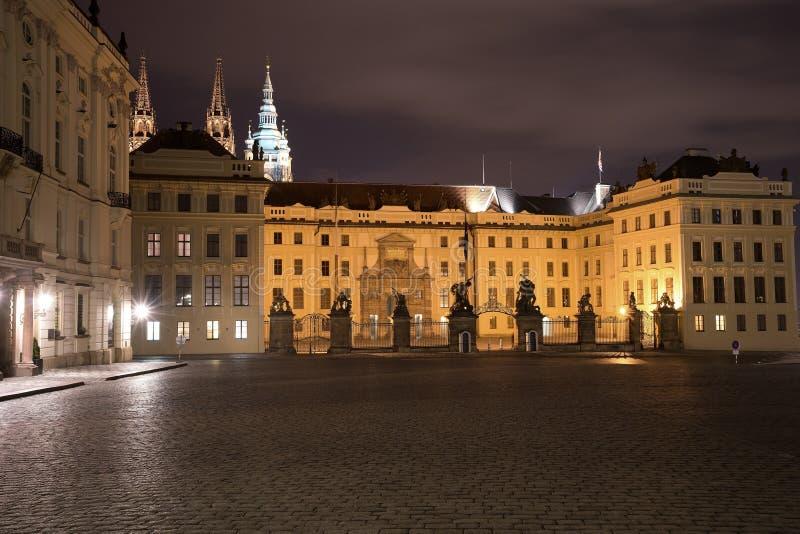 Nattbild av den huvudsakliga ingången till den Prague slotten i Prague i Tjeckien Port av jättar, med barocka statyer royaltyfria bilder