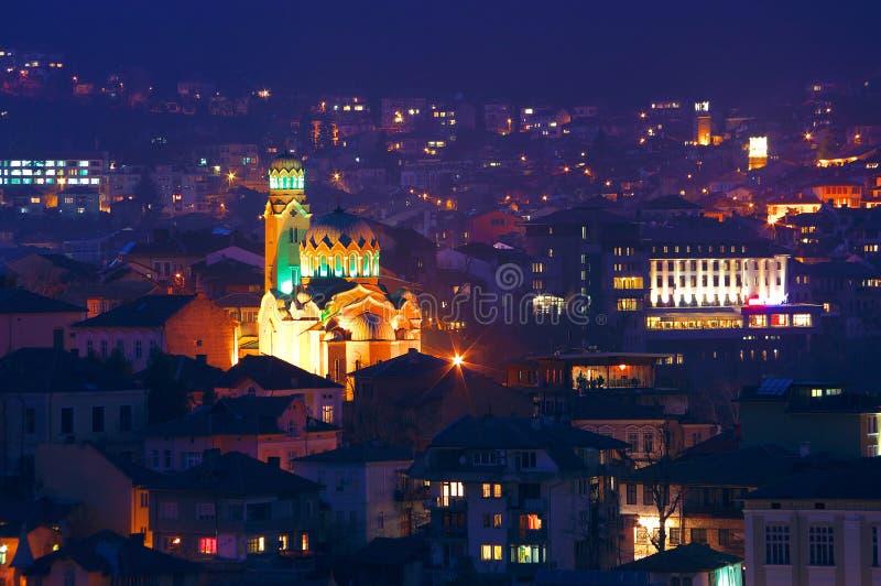Nattbild av Veliko Tarnovo, domkyrkan Rogdestvo Bogorodichno/Kristi födelse av virginen/, Bulgarien arkivfoton