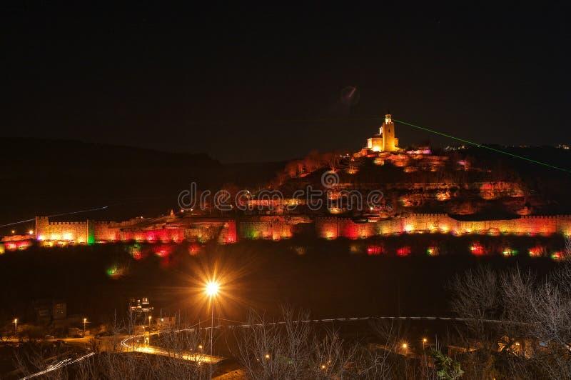 Nattbild av Veliko Tarnovo, Tsarevets royaltyfri bild