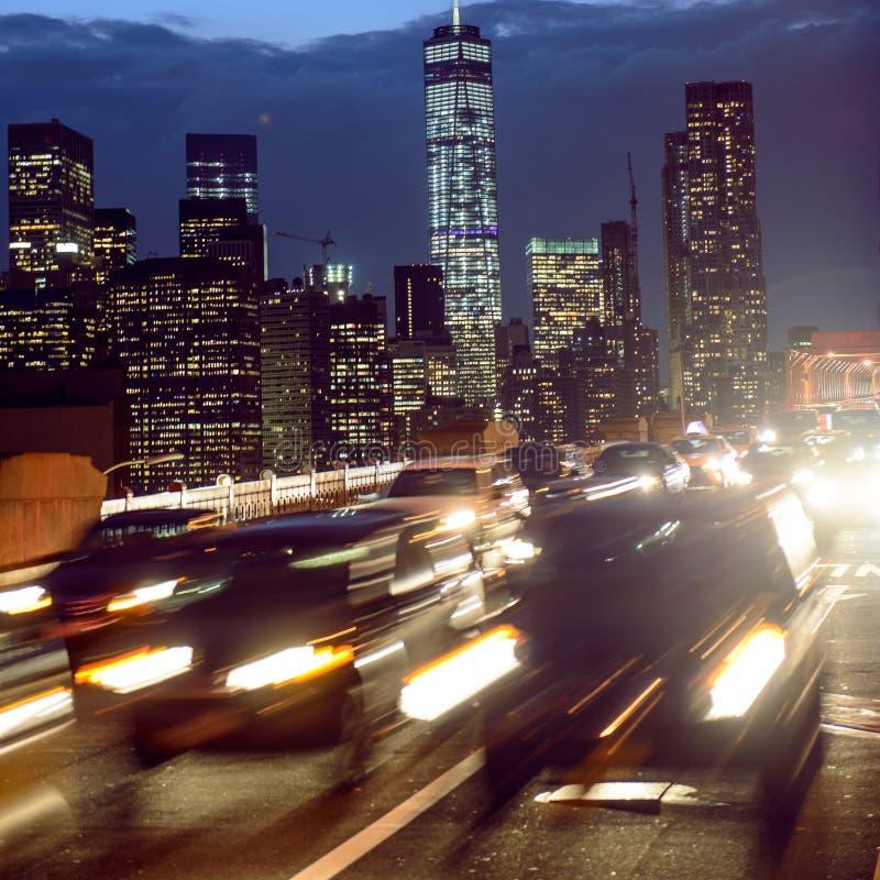 Nattbiltrafik i den New York City gatan Folket i bilkörningen tillbaka returnerar från Manhattan efter arbetet arkivbilder