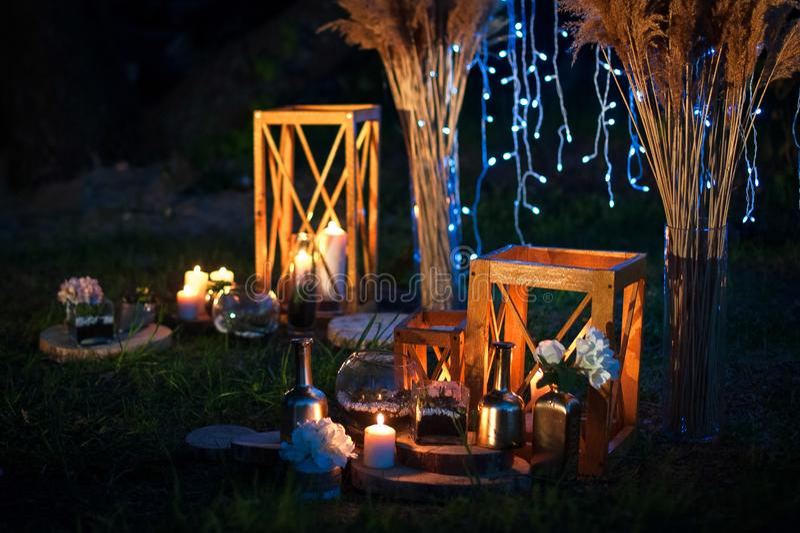 Nattbröllopceremoni med många ljus, stearinljus, lyktor Härliga romantiska glänsande garneringar i skymning royaltyfri fotografi
