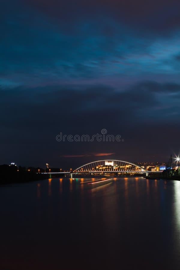NattBratislavas gränsmärken, slott och broar arkivbild