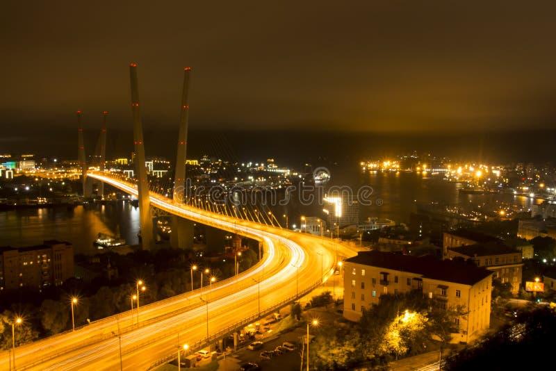Nattbro över fjärden royaltyfri bild