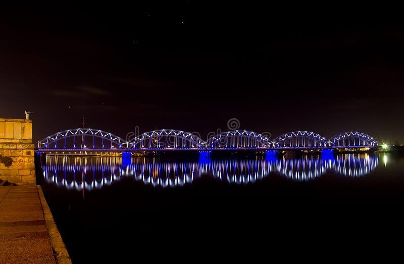 Nattbro med blått och vitt ljus royaltyfri foto