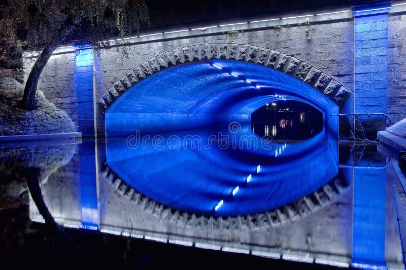 Nattbro med blått och vitt ljus fotografering för bildbyråer