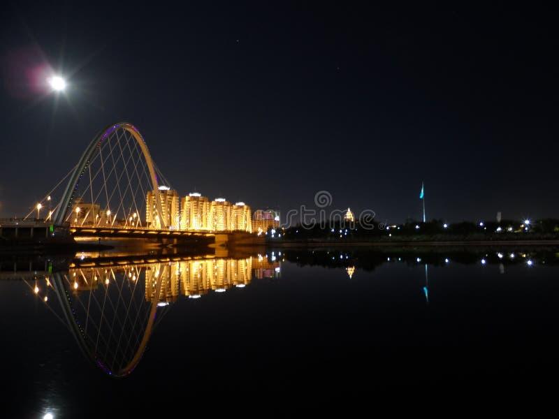 Nattbro på floden i astana royaltyfri bild