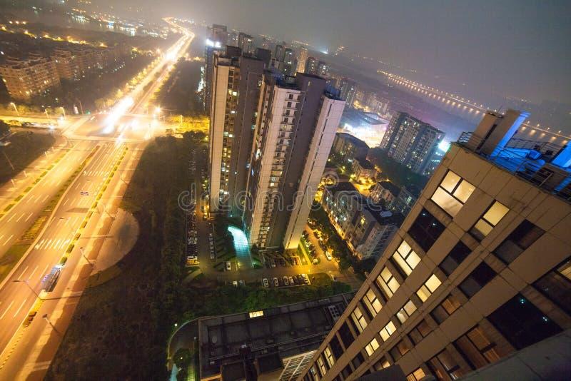 Nattbyggnader i den Suzhou staden royaltyfria bilder