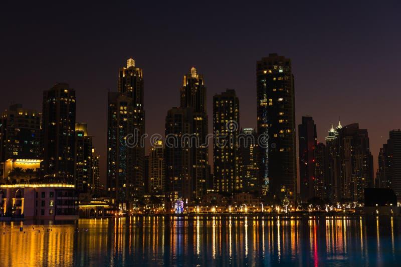 Nattcityscape av den Dubai staden, Förenade Arabemiraten royaltyfria bilder