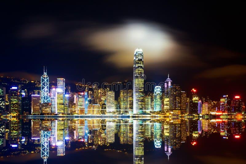 Nattcityscape av den moderna Hong Kong arkivfoton
