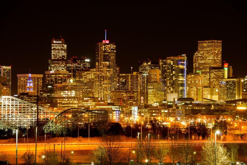 NattCityscape av Denver fotografering för bildbyråer