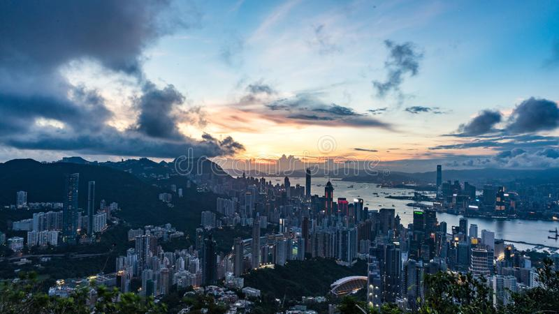 Nattcityscape av Hong Kong från det Victoria maximumet arkivfoton