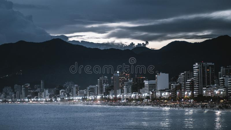 Nattcityscape av Rio de Janeiro med stranden arkivfoton