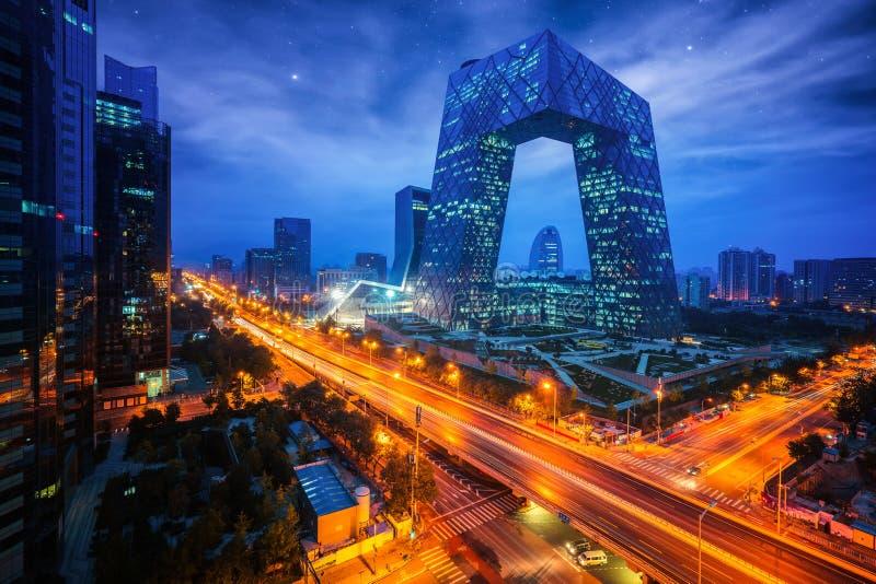 Nattcityscape med bilding och väg i Pekingstad arkivbild