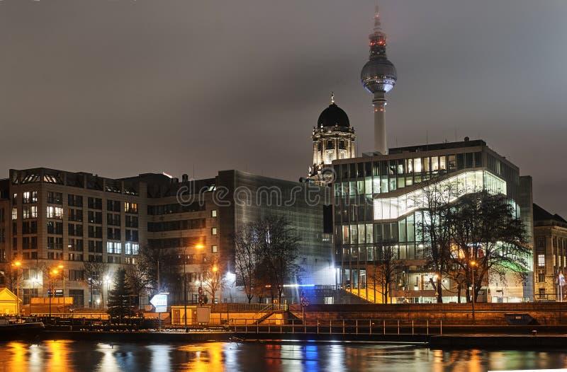 Nattcityscape på flodfesten fotografering för bildbyråer