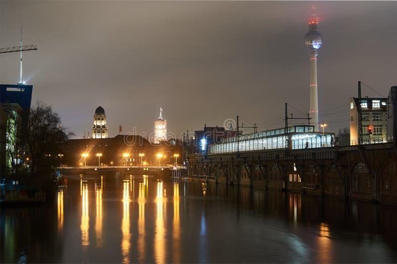 Nattcityscape p? flodfesten arkivbild