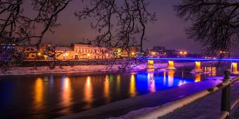 Nattcityscapepanorama av den gamla staden i vinter arkivbilder