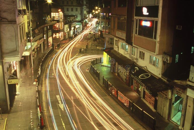 Nattcityscapes i Hong Kong Central med trafikljusslingan arkivbild