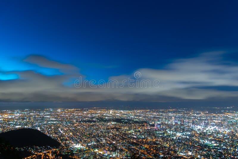 Nattcityscapesikt av den Sapporo staden fotografering för bildbyråer