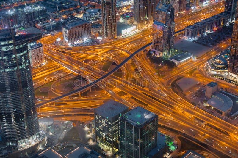 NattDubai i stadens centrum horisont, Förenade Arabemiraten royaltyfri bild