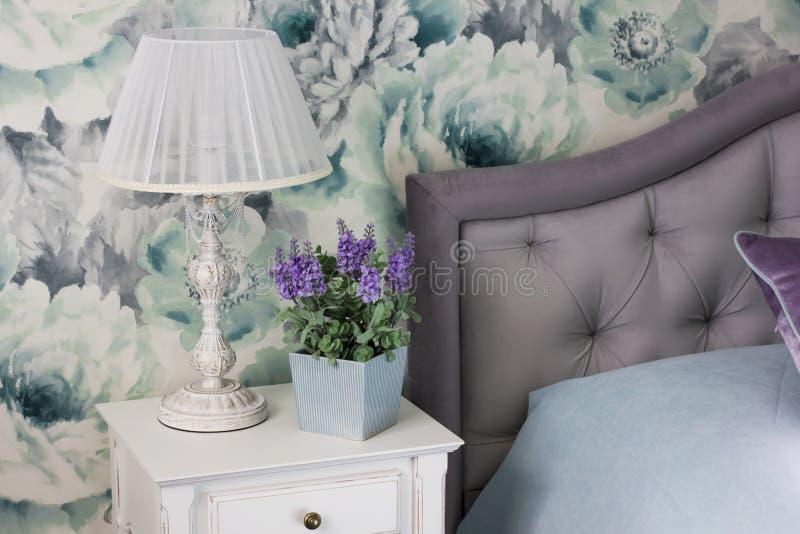 Nattduksbord ljust fast tillbehör, kruka med blomman, inre i Provence stil royaltyfria foton