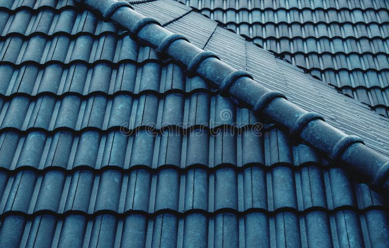Natte Blue Tiles Roof Pattern Shot op Rainy Day Gegevens over architectuur stock afbeelding