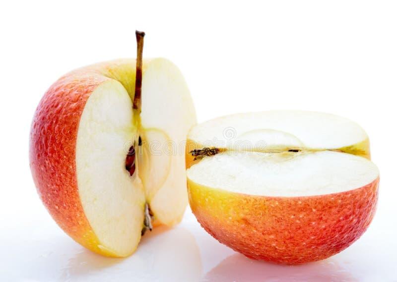 Natte, gesneden appelen op witte achtergrond stock afbeelding