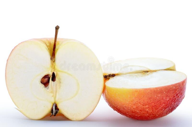 Natte, gesneden die appelen op witte achtergrond worden geïsoleerd royalty-vrije stock fotografie