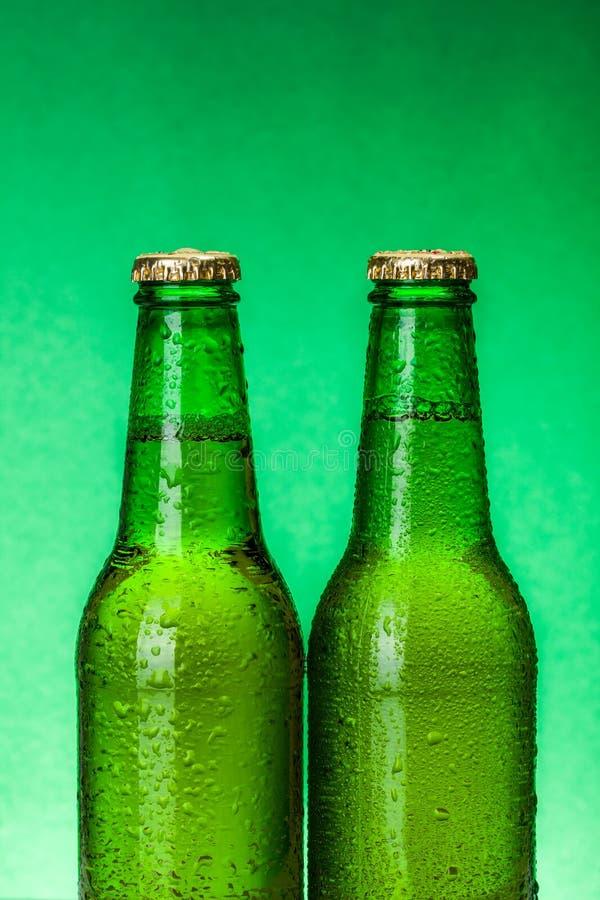 Natte groene bierflessen stock fotografie