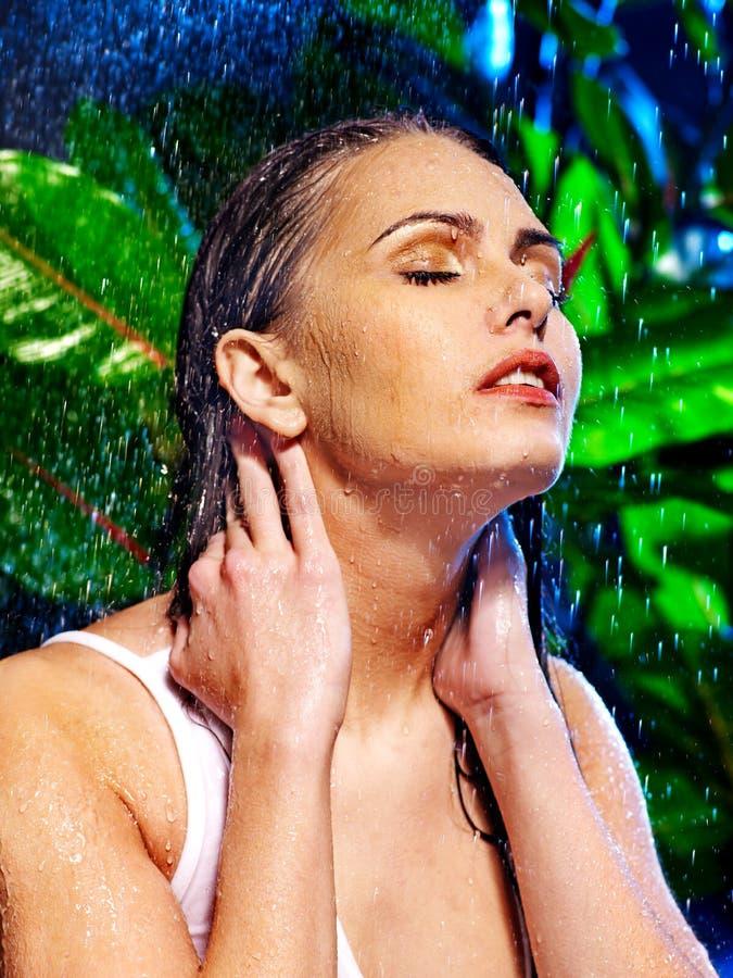 Natte vrouw met waterdaling. stock fotografie