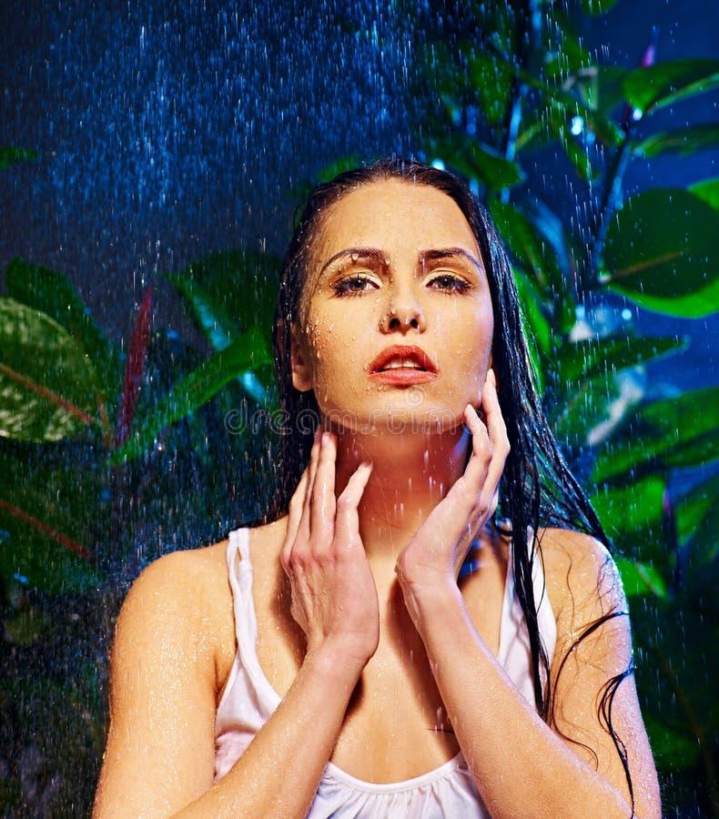 Natte vrouw met waterdaling. royalty-vrije stock foto's