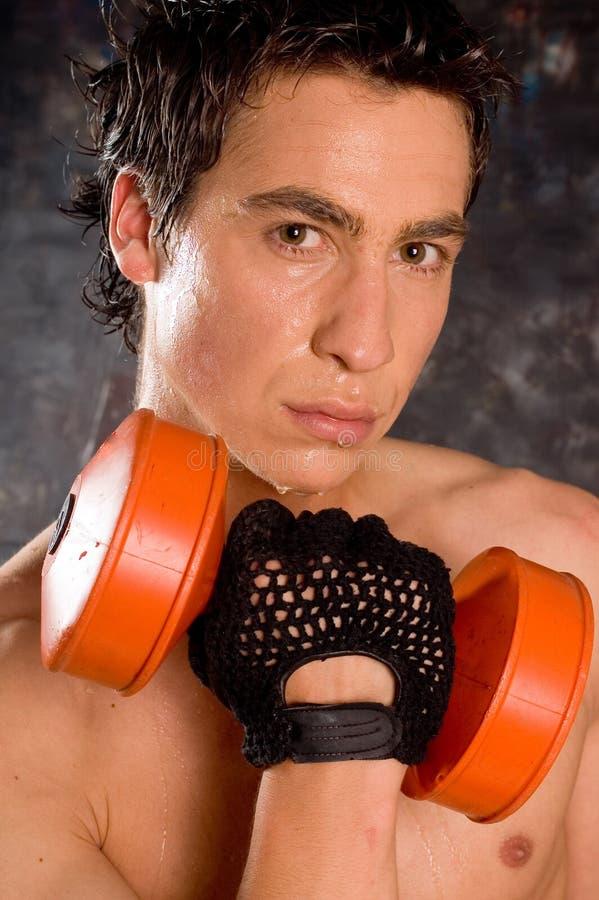 Natte zwetende bodybuilder stock afbeelding